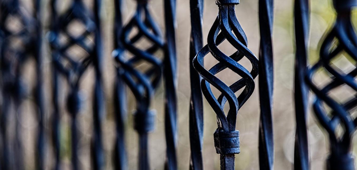 Un portail en fer forgé, c'est classique et élégant