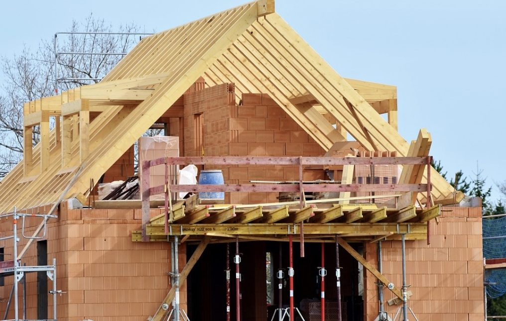 Faire construire sa maison par des artisans : qui contacter ?