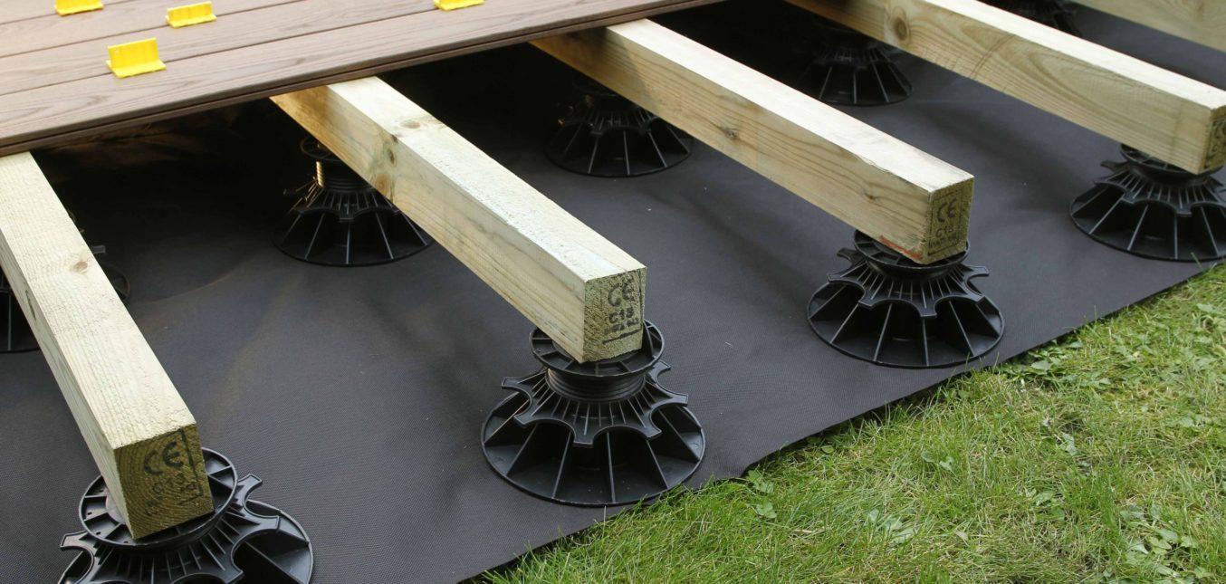 Pourquoi poser sa terrasse en bois sur plots réglables ?